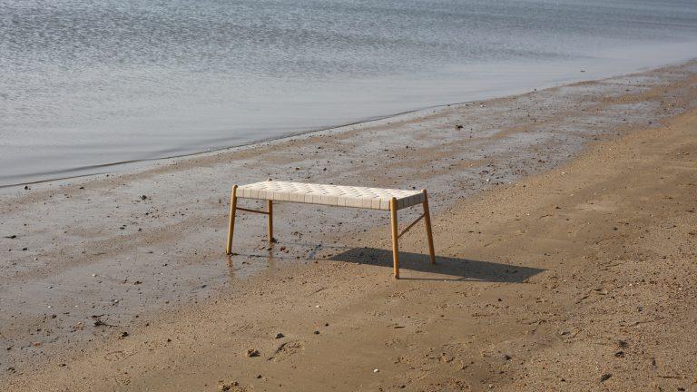 umi bench, nature linnen webbing, at beach